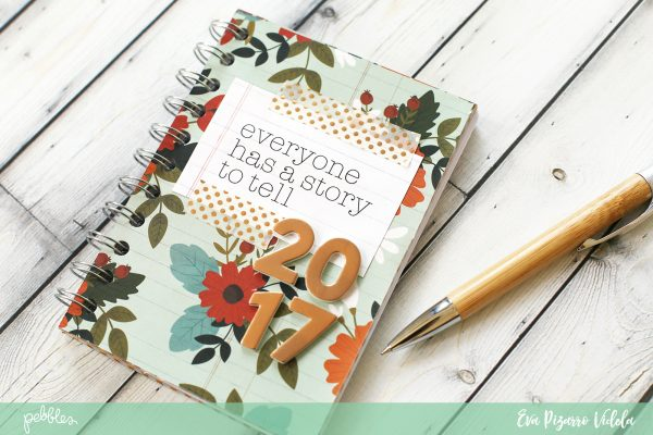 Start a new tradition this year with this Journaling Mini Book made by @evapizarrov using the #WarmAndCozy collection by @pebblesinc #minibook #pebblesinc #journalingprompts