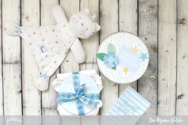 The New Month Stickers from the #Lullaby collection by @pebblesinc are perfect for a quick gift. Embellish a tin and make a sweet card too with this tutorial from @evapizarrov #pebblesinc #lullaby #babygift